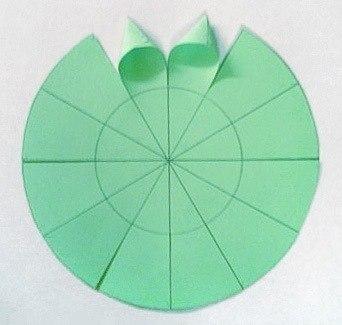 Настольная елочка на Новый год из цветной бумаги своими руками